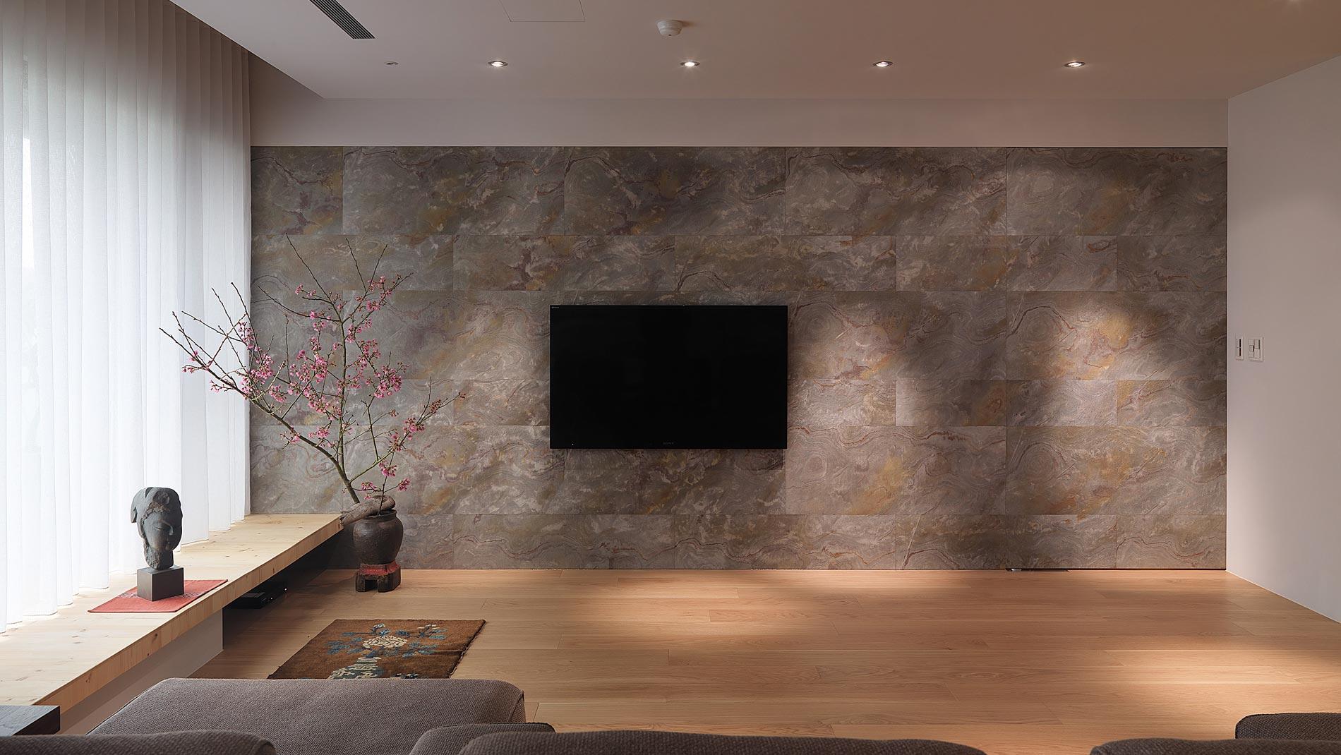 Стена из светлого гибкого камня