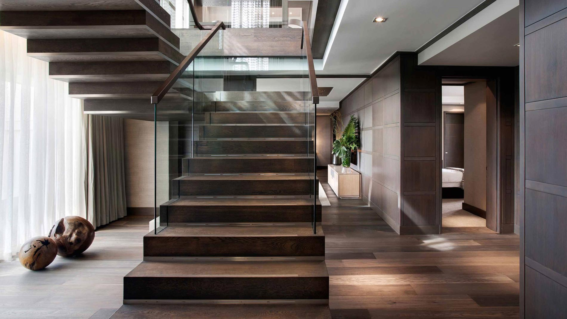 Лестница на второй этаж из разных материалов