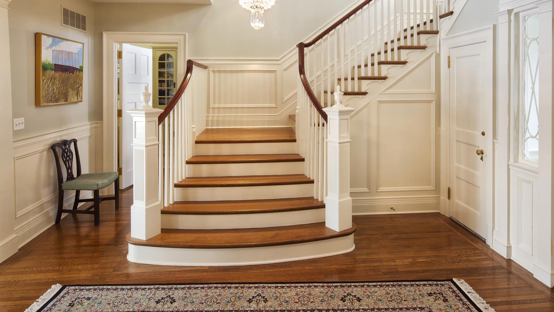 Межэтажная деревянная лестница в классическом стиле